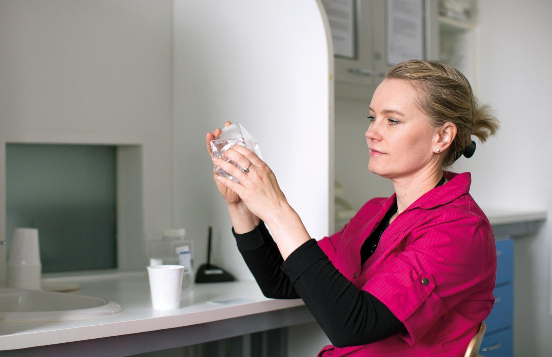 Laborantti tutkii allasvesinäytettä